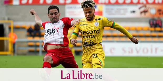 Mouscron's Benjamin Van Durmen and Essevee's Theo Bongonda fight for the ball during a soccer game between Royal Excel Mouscron and Zulte Waregem, in Mouscron, Saturday 28 April 2018, on day six of the Play-Off 2A of the Belgian soccer championship. BELGA PHOTO VIRGINIE LEFOUR