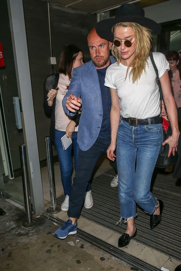 Après une relation tumultueuse avec Johnny Depp, Amber en connait un rayon niveau style bohème chic. Denim effiloché, t-shirt grungy et feutre à large à bords, tout y est.