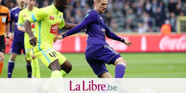 Gent's Anderson Esiti and Anderlecht's Lukasz Teodorczyk fight for the ball during the Jupiler Pro League match of Play-Off group 1, between RSC Anderlecht and KAA Gent, in Brussels, Sunday 01 April 2018, on day one of the Play-Off 1 of the Belgian soccer championship. BELGA PHOTO VIRGINIE LEFOUR