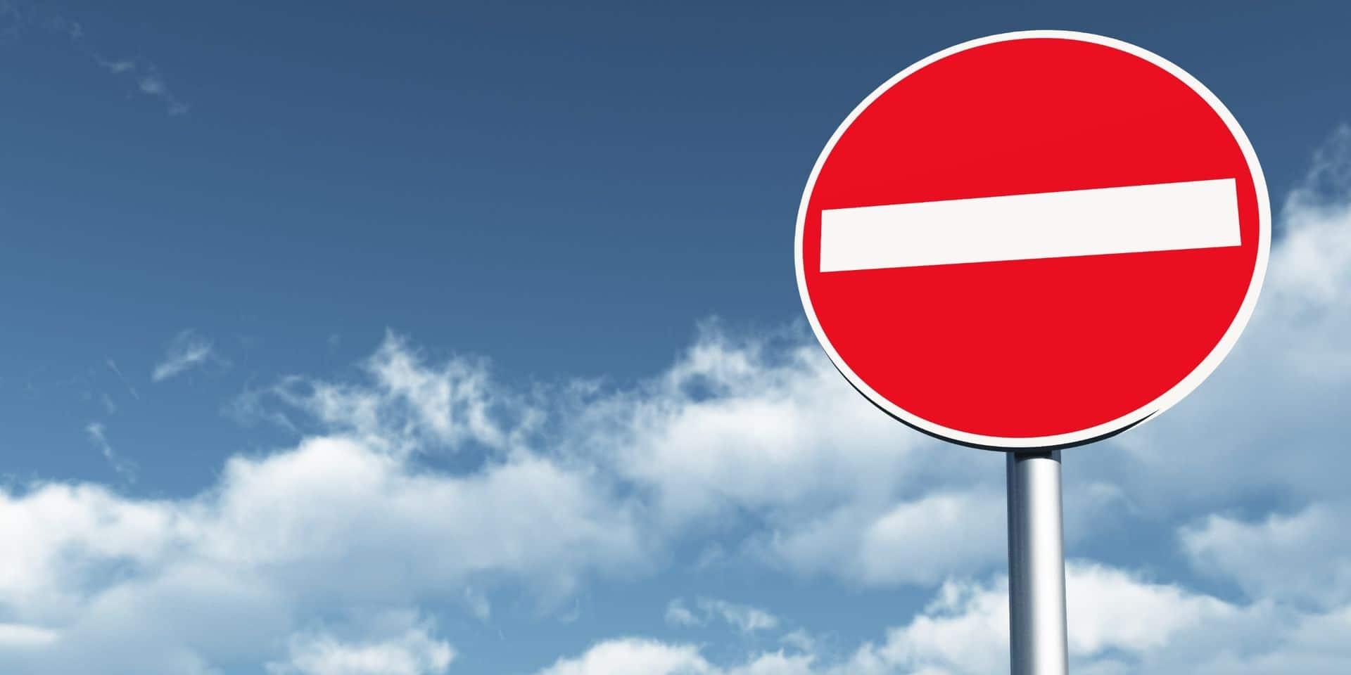 Surréalisme à Paris: un carrefour à 4 sens interdits enferme les automobilistes