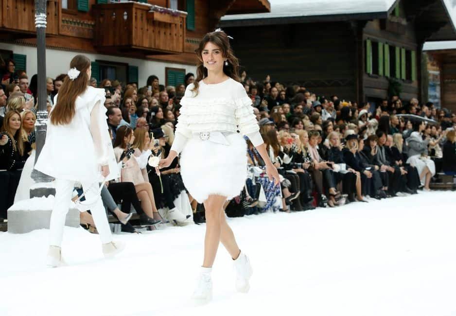 C'est l'une des surprises de ce défilé Chanel. Penelope Cruz a défilé sous la coupole du Grand Palais.