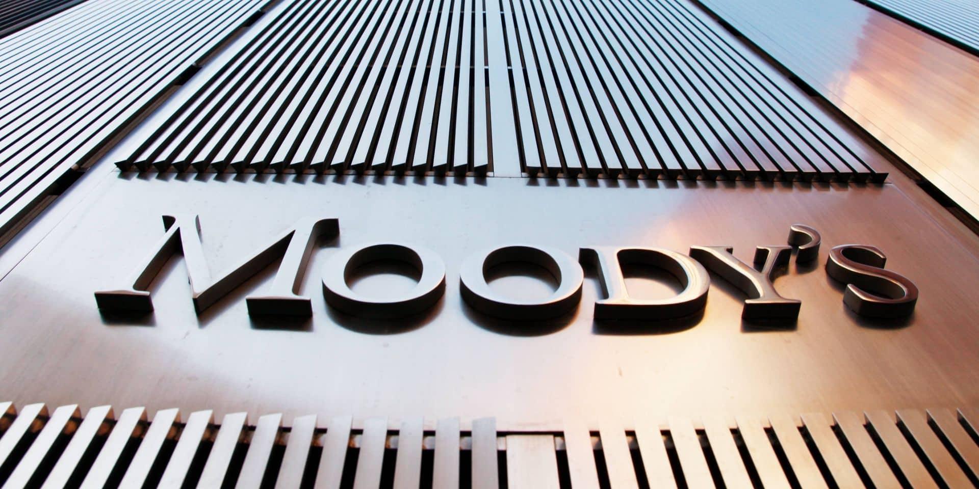Moody's abaisse la note du Royaume-Uni, ne prévoit pas d'autre changement à moyen terme