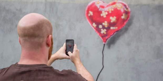 A peine vendue 1,2 million d'euros, une oeuvre de Banksy s'auto-détruit - La Libre