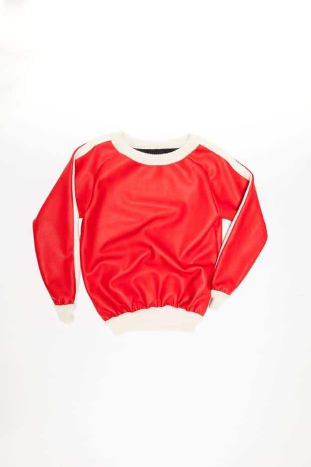 Ce pull original de                                         Snobe allie le cuir et la laine. Idéal pour un rendu décontracté et chic à la fois. Avec le rouge et le blanc, on est pile dans le thème de Noël.                                         Snobe, 755€