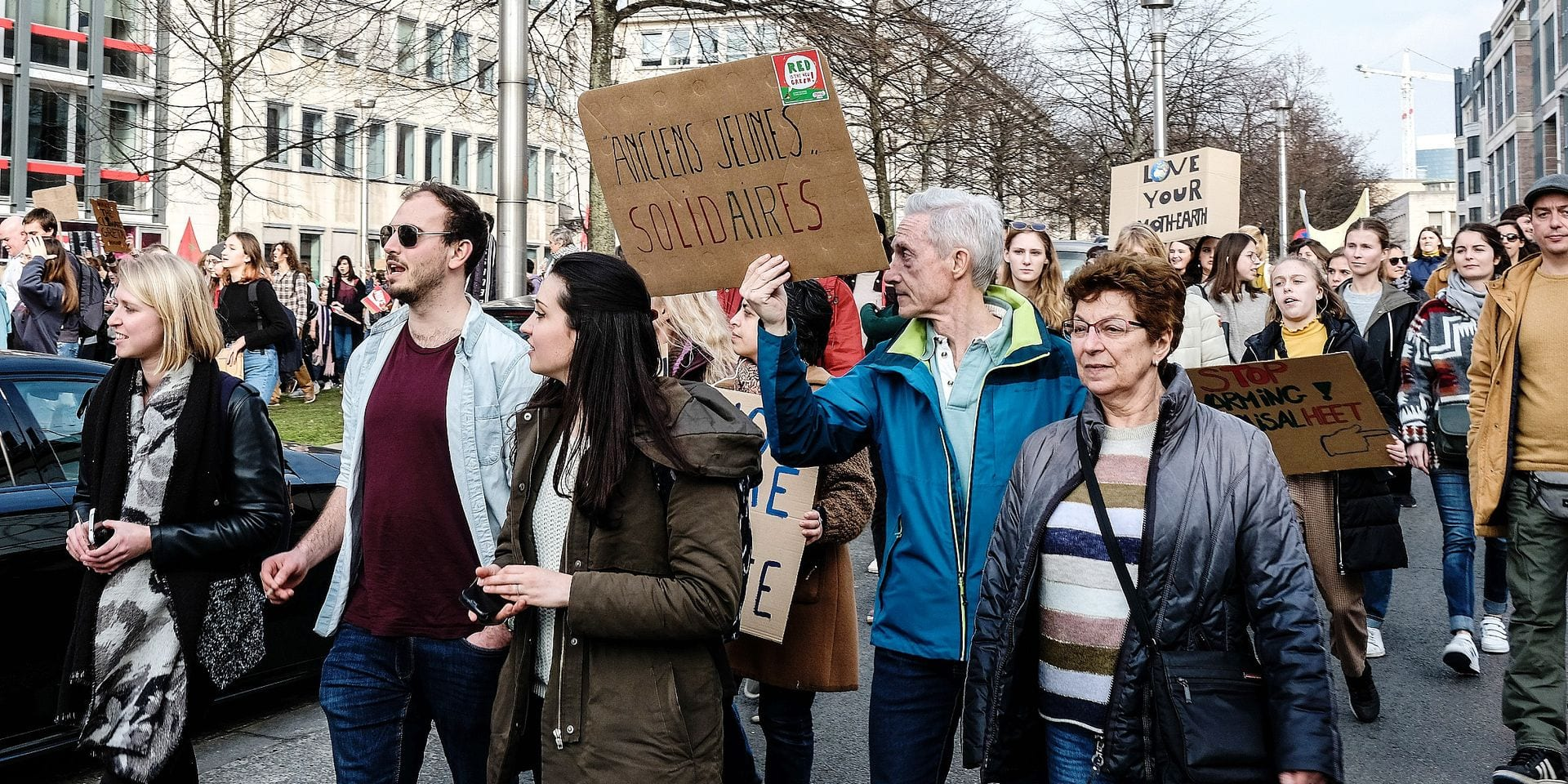 Greta Thunberg participe jeudi à la septième Marche des jeunes pour le climat. La militante suédoise, âgée de 16 ans, a été accueillie en héroïne. Selon notre journaliste sur place, la jeune fille a été assaillie par les médias à son arrivée, et un cordon de sécurité a été mis en place autour d'elle alors que des centaines de jeunes scandaient son nom.