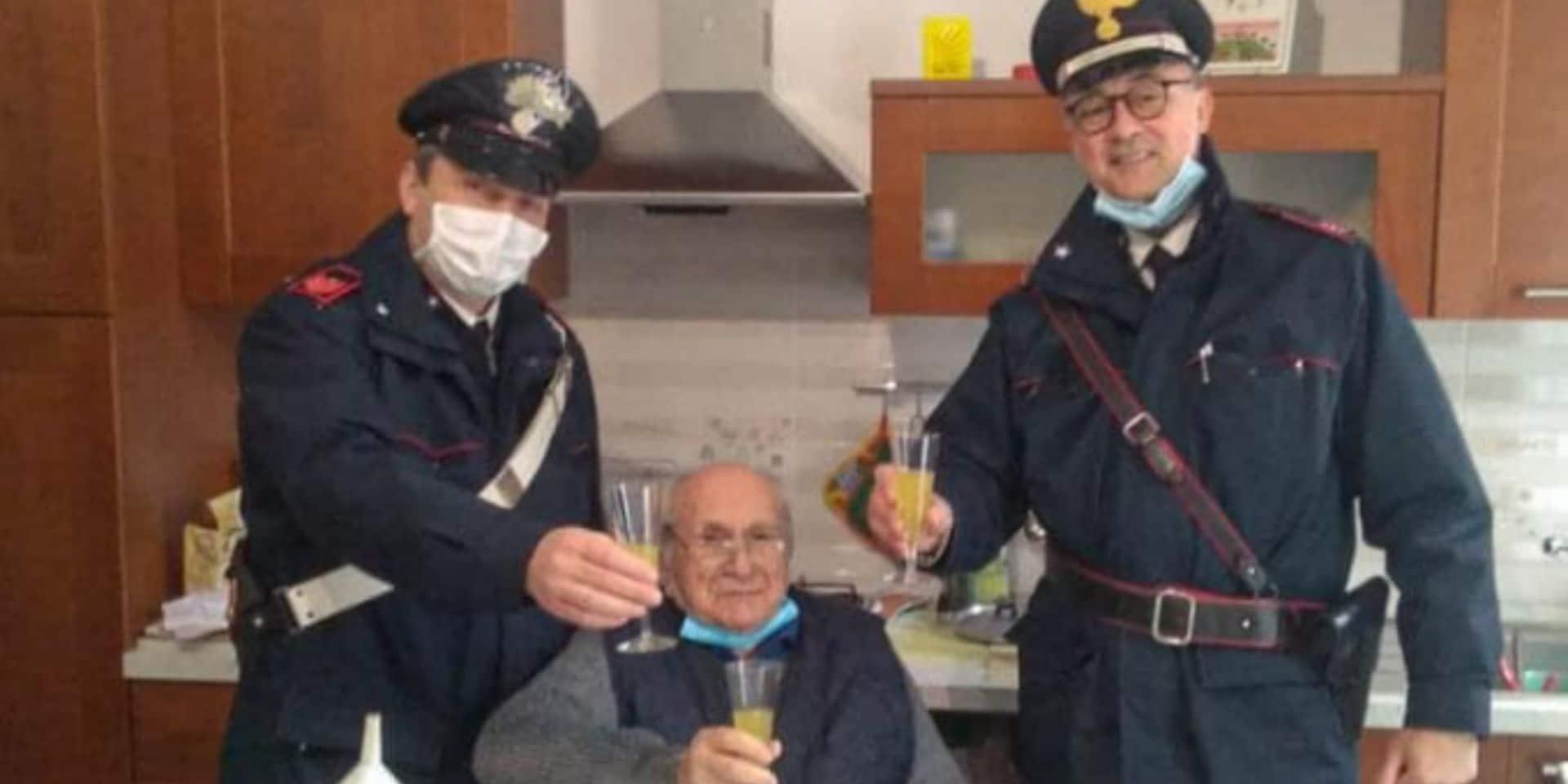 """Un homme de 94 ans appelle la police : """"Je ne manque de rien, sauf d'une personne pour trinquer au réveillon"""""""