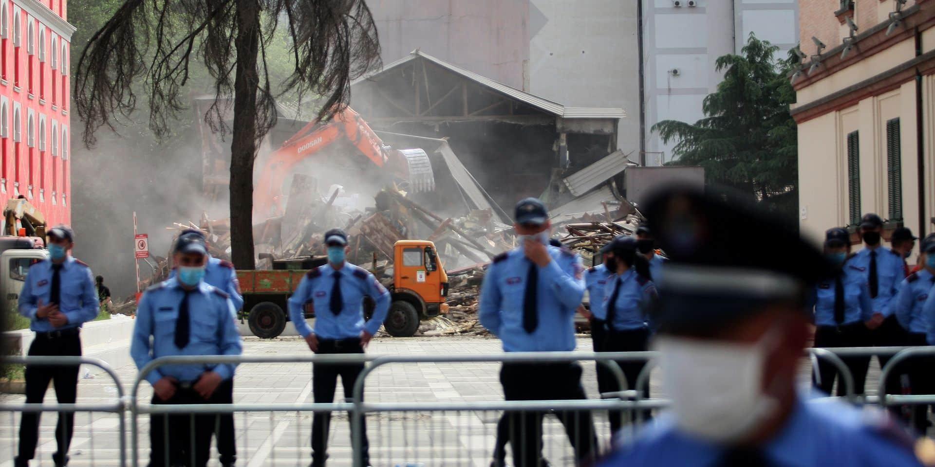 La destruction du théâtre de Tirana, le point culminant des tensions politiques et sociales de ces dernières années