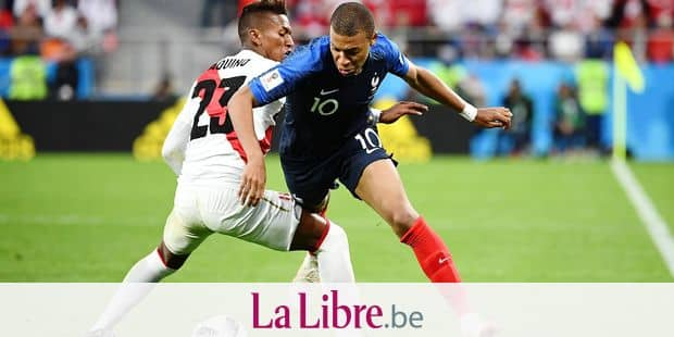 TOPSHOT - Peru's midfielder Pedro Aquino (L) vies for the ball with France's forward Kylian Mbappe during the Russia 2018 World Cup Group C football match between France and Peru at the Ekaterinburg Arena in Ekaterinburg on June 21, 2018. / AFP PHOTO / FRANCK FIFE / RESTRICTED TO EDITORIAL USE - NO MOBILE PUSH ALERTS/DOWNLOADS