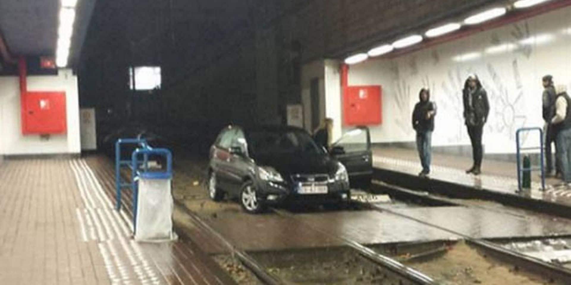 Il avait atterri sur les rails de la station Lemonnier, en voiture: amende salée pour le conducteur