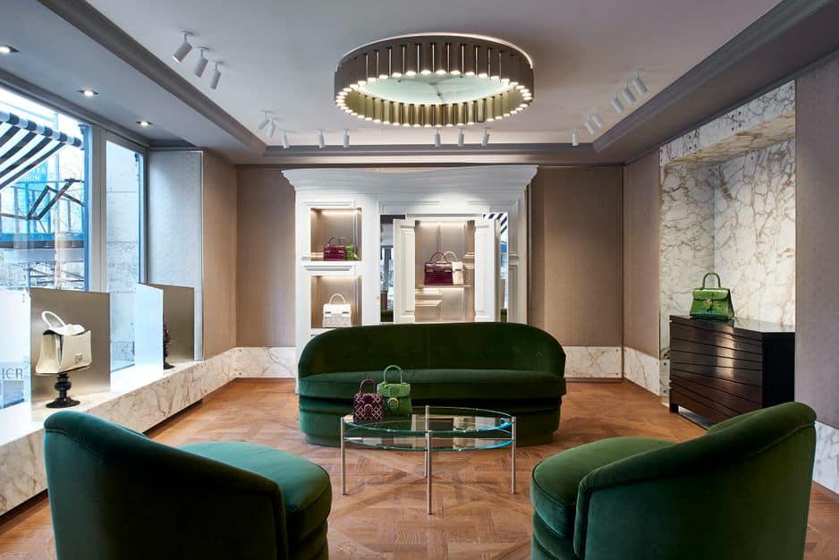 À l'étage supérieur, un salon tout en velours donne sur Central Park à travers de larges fenêtres.