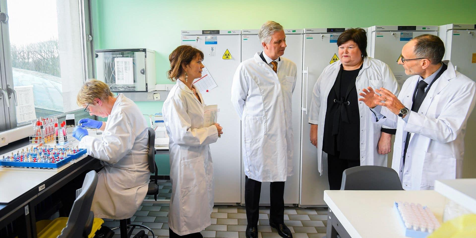 Coronavirus : le roi Philippe visite un centre d'expertise à Uccle