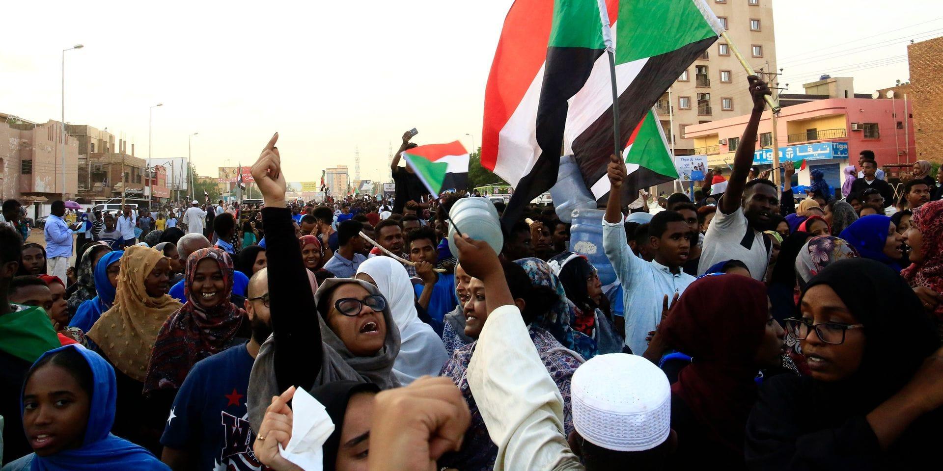 """Soudan: le pouvoir et les meneurs de la contestation signent une """"déclaration politique"""", un premier pas """"historique"""" vers un gouvernement civil"""