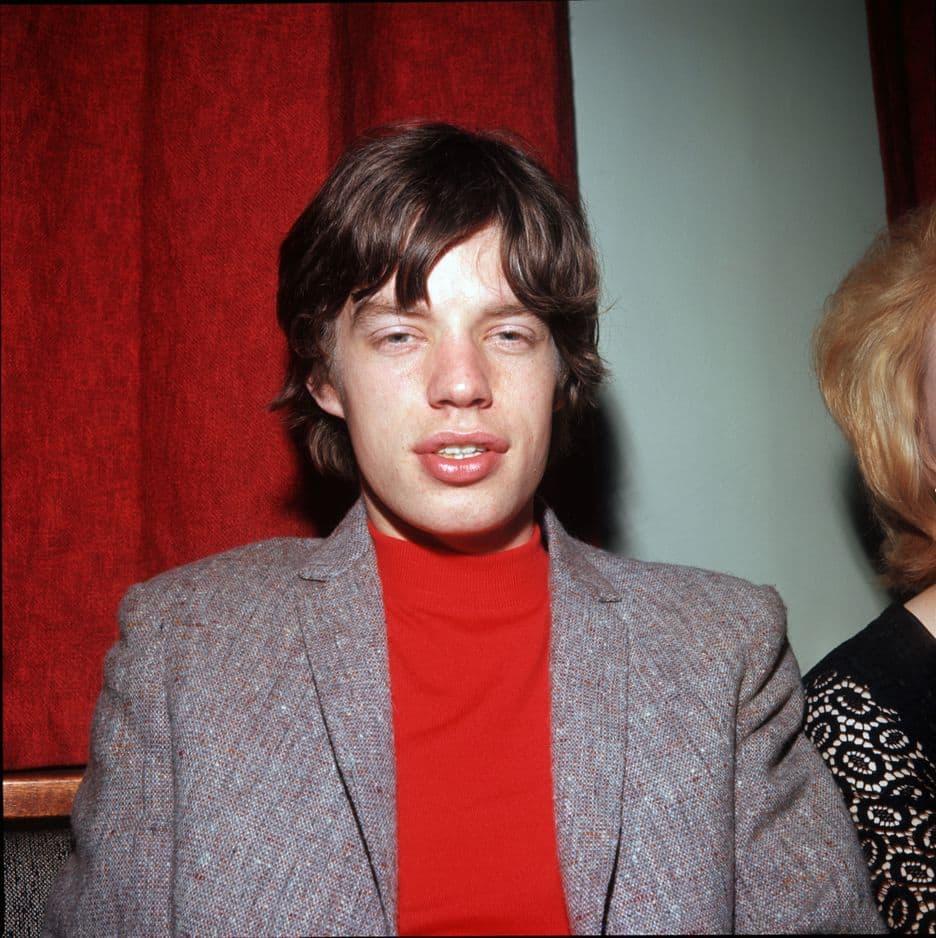 Après leurs premiers succès, leur style s'est libéré. Col roulé rouge sur veste grise, inspirez-vous de Mick Jagger l'hiver prochain.