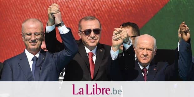 Turkish President Tayyip Erdogan (C) poses with Palestinian Prime Minister Rami Al Hamdallah (C/L) and others as they greet the crowd during a protest rally in Istanbul on May 18, 2018, against the recent killings of Palestinian protesters on the Gaza-Israel border and the U.S. embassy move to Jerusalem. / AFP PHOTO / Bulent Kilic