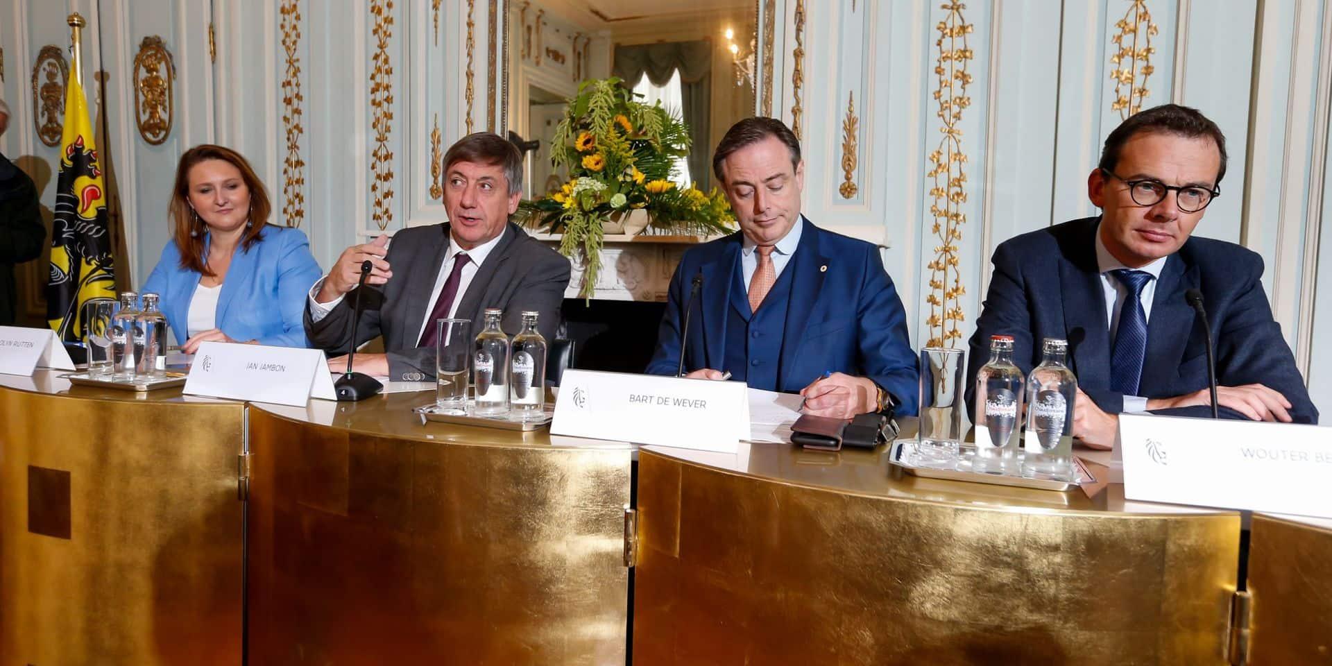 Accord de gouvernement flamand: le ring de Bruxelles élargi mais pas de taxe kilométrique intelligente