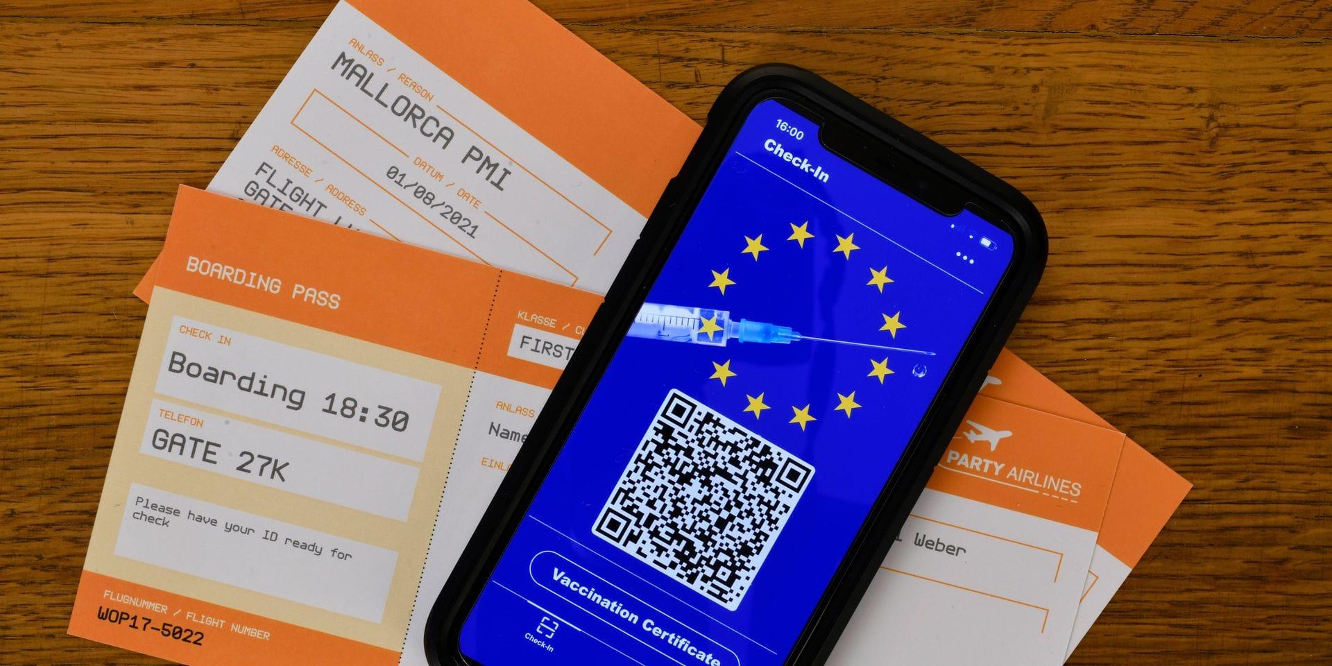Symbofoto Impfprivilegien, Smartphone mit digitalem europäischen Impfpass mit QR-Code, Bordkarten für Flugreise, Corona