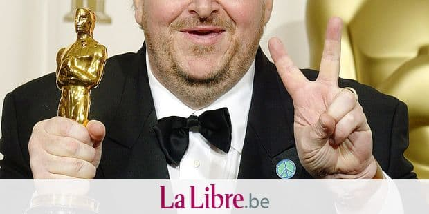 "Comedian and documentary-maker Michael Moore flashes the V-sign after winning Best Documentary Feature for ""Bowling For Columbine"" at the 75th Academy Awards in Hollywood, California, 23 March, 2003. AFP PHOTO/Lee CELANO / AFP PHOTO / LEE CELANO"