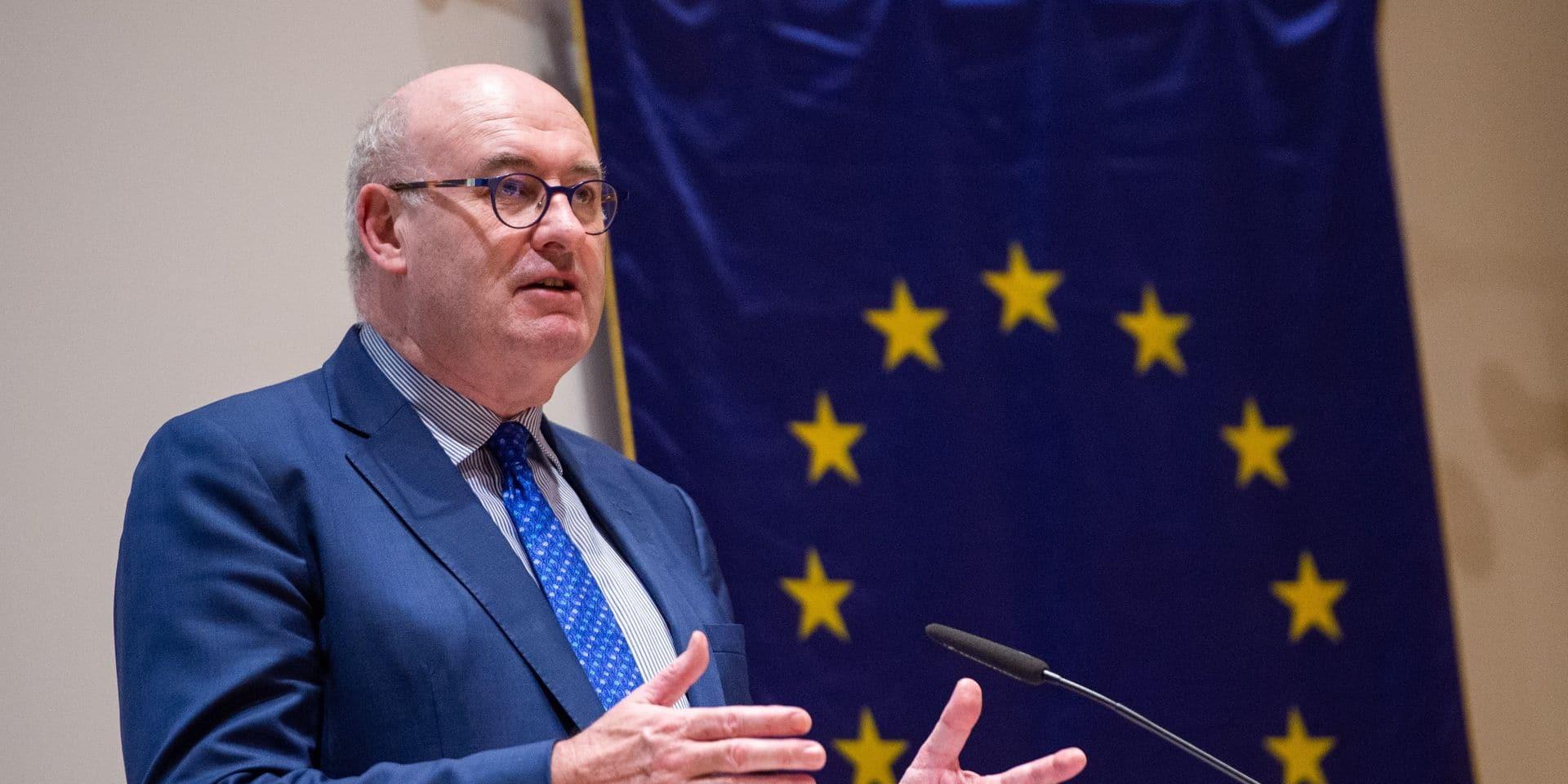Le commissaire européen Hogan se défend d'avoir enfreint sciemment les règles anti-virus