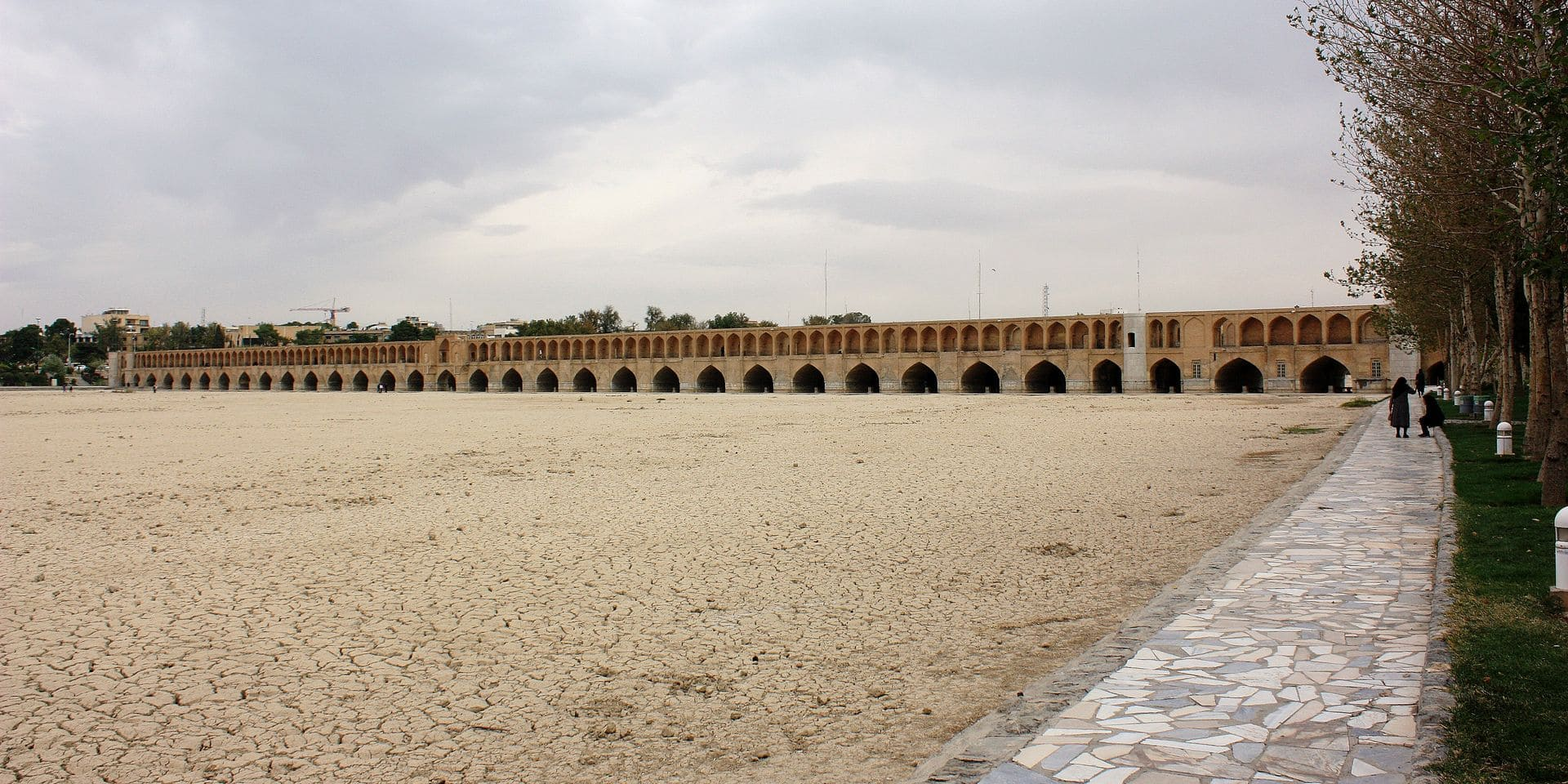 Iran - Isfahan (Esfahan), capital of the province with the Chadschu Bridge in the background. Dry river bed of Zayandeh Rud downstream. The once richest river in central Iran today is mostly dried up due to lack of rain and the diversion of the water in favor of the city of Yazd. Taken on 26.10.2018. Photo: Rolf Zimmermann   usage worldwide