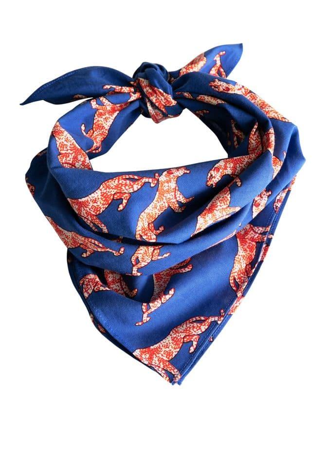 Le foulard imprimé, c'est hype ! &OtherStories, 19€.