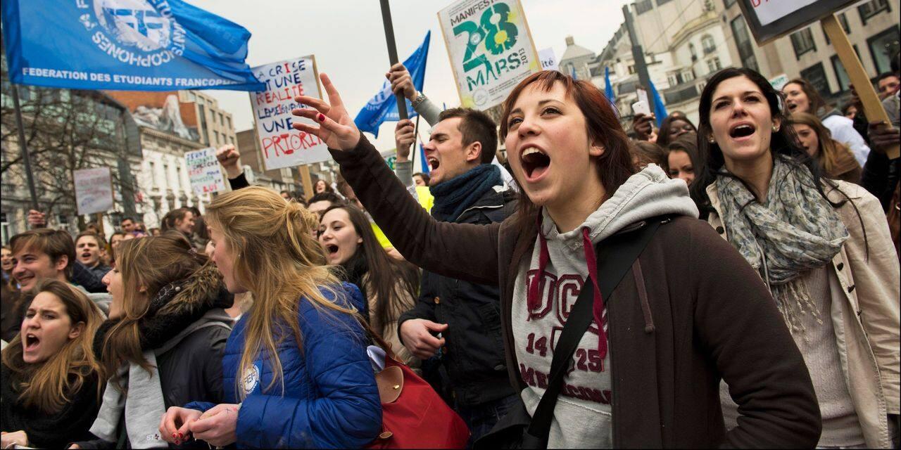 La Fédération des Etudiants Francophones manifeste devant le siège du gouvernement contre la précarité étudiante