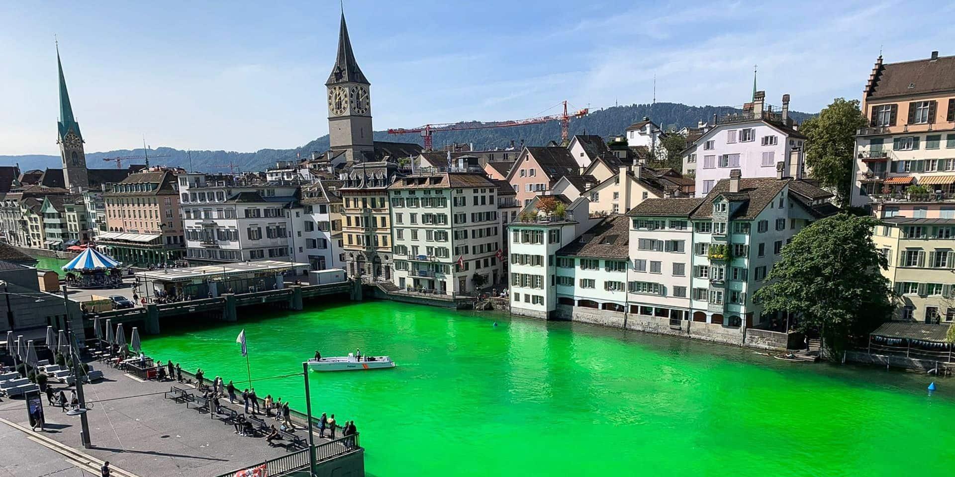 Des militants écologistes suisses teignent en vert fluo une grande rivière