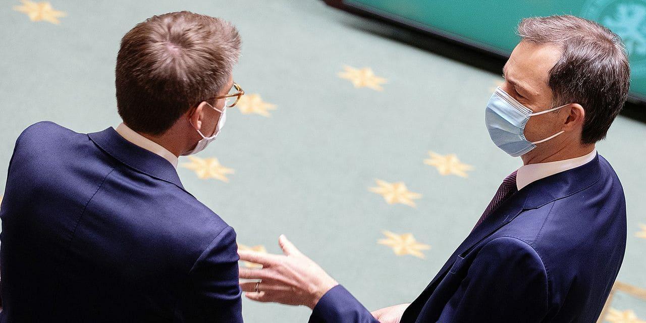Alexander De Croo (Open VLD) et Pierre-Yves Dermagne (PS) sont debout dans l'hémicycle. Ils discutent, d'abord avec la présidente de l'assemblée Eliane Tillieux (PS), puis juste à deux. Ils vérifient sans doute que leurs violons sont bien accordés.