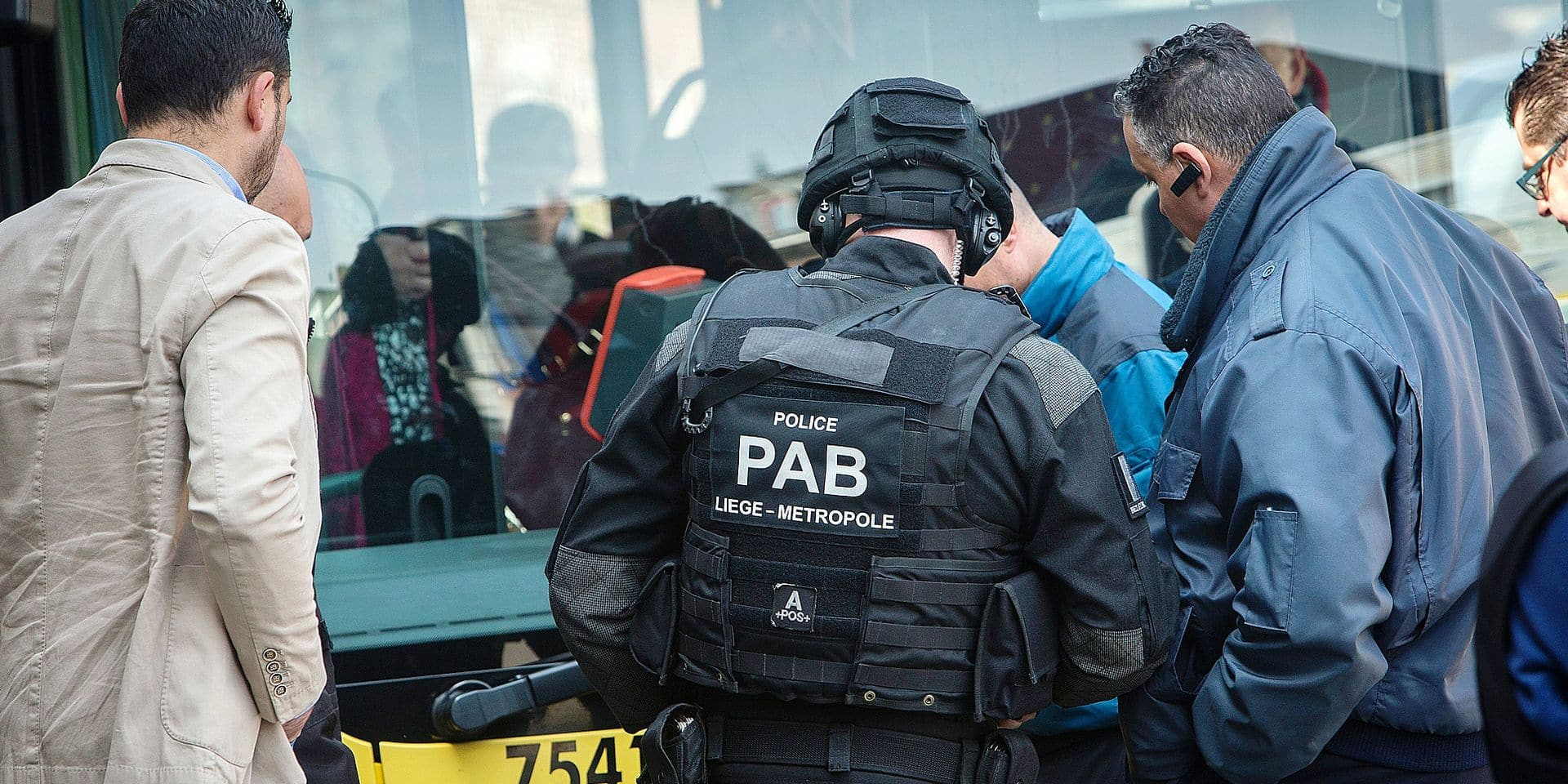 Grivegnée : arrestation d'un homme suspect qui s'est nfermé dans un bus après avoir abdnonné des colis suspects . Le PAB en pleine action lors de l' arrestation de l 'individu
