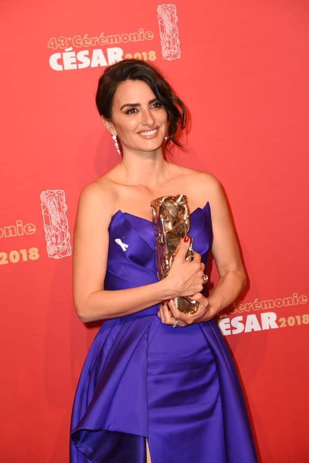 L'actrice espagnole a reçu un César d'honneur des mains de son ami Pedro Almodovar. La femme de Javier Bardem, également présent, était très émue.