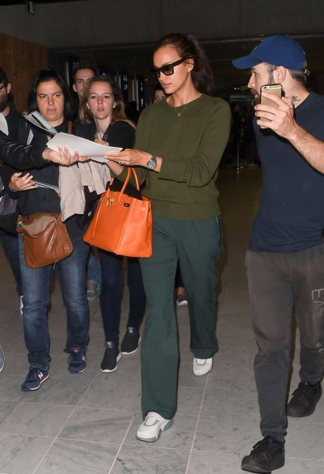 L'Ange de Victoria's Secret a misé sur un camaïeu de vert accompagné de baskets blanches confortables et... d'un sac Birkin d'Hermès pour la touche de classe.