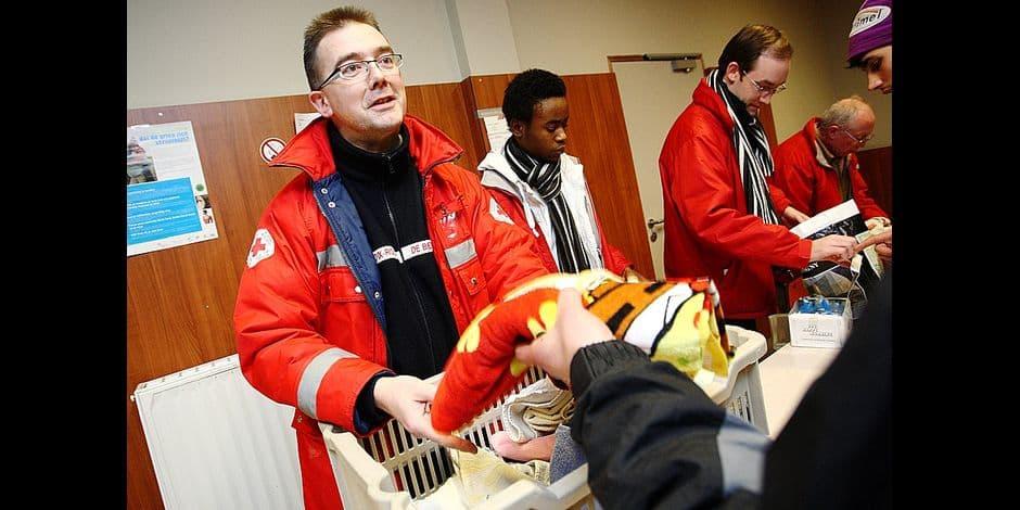 des bénévoles de l'opération thermos et de la croix rouge proposent douche et abri de nuit à des sans-abri en cas de pénurie de lits dans les abris de nuit classiques