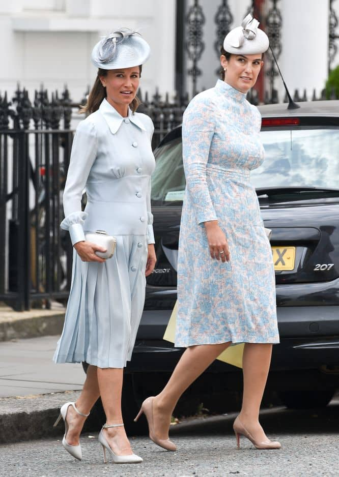 Pippa quitte sa maison avec une autre invitée du mariage. Le dresscode était clairement bleu pâle !