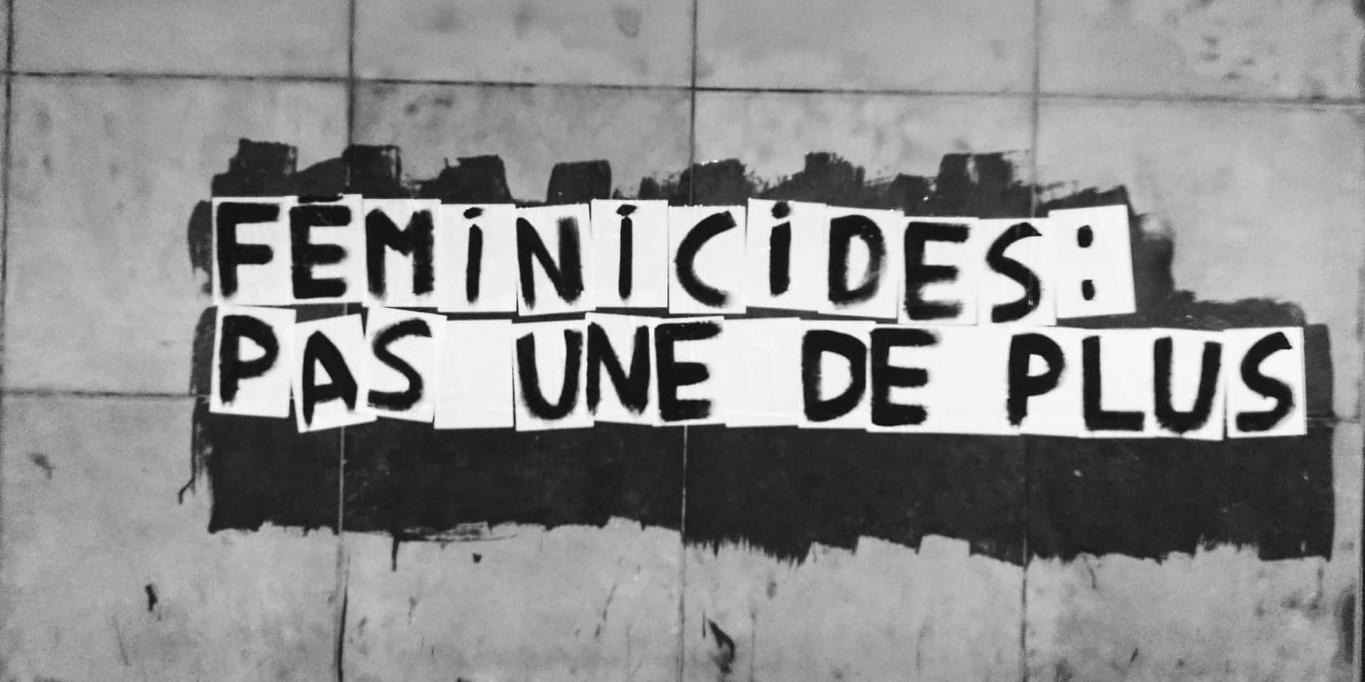 """""""Être une femme tue"""", """"Elle le quitte, il la tue"""": des collages dans les rues de Bruxelles pour dénoncer les féminicides"""