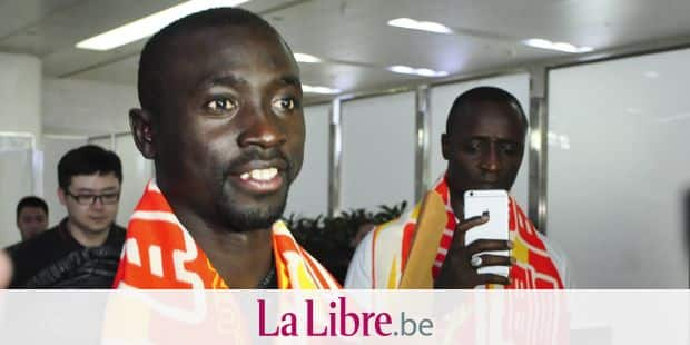 ©VCG/MAXPPP - JINAN, CHINA - JULY 12: Senegalese footballer Papiss Cisse arrives at the airport on July 12, 2016 in Jinan, Shandong Province of China. Senegalese footballer Papiss Demba Cisse has signed a contract with Shandong Luneng Taishan F.C. on July 9. (Photo by VCG)***_***