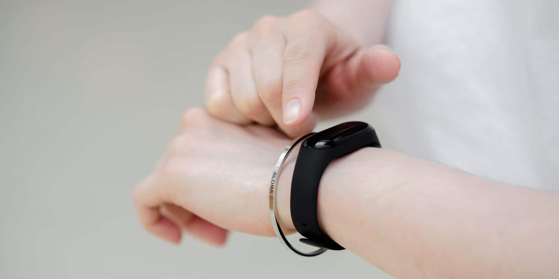 Porter sa carte bancaire autour du poignet ? C'est possible avec ce bracelet