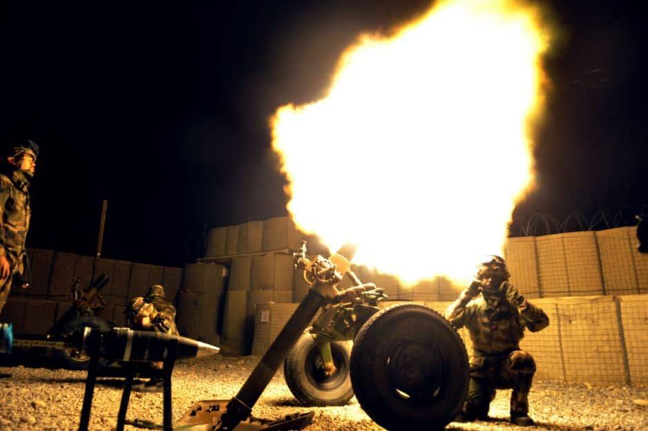 Mars 2012. L'armée française teste un tir de mortier dans leur base, près de Kaboul.