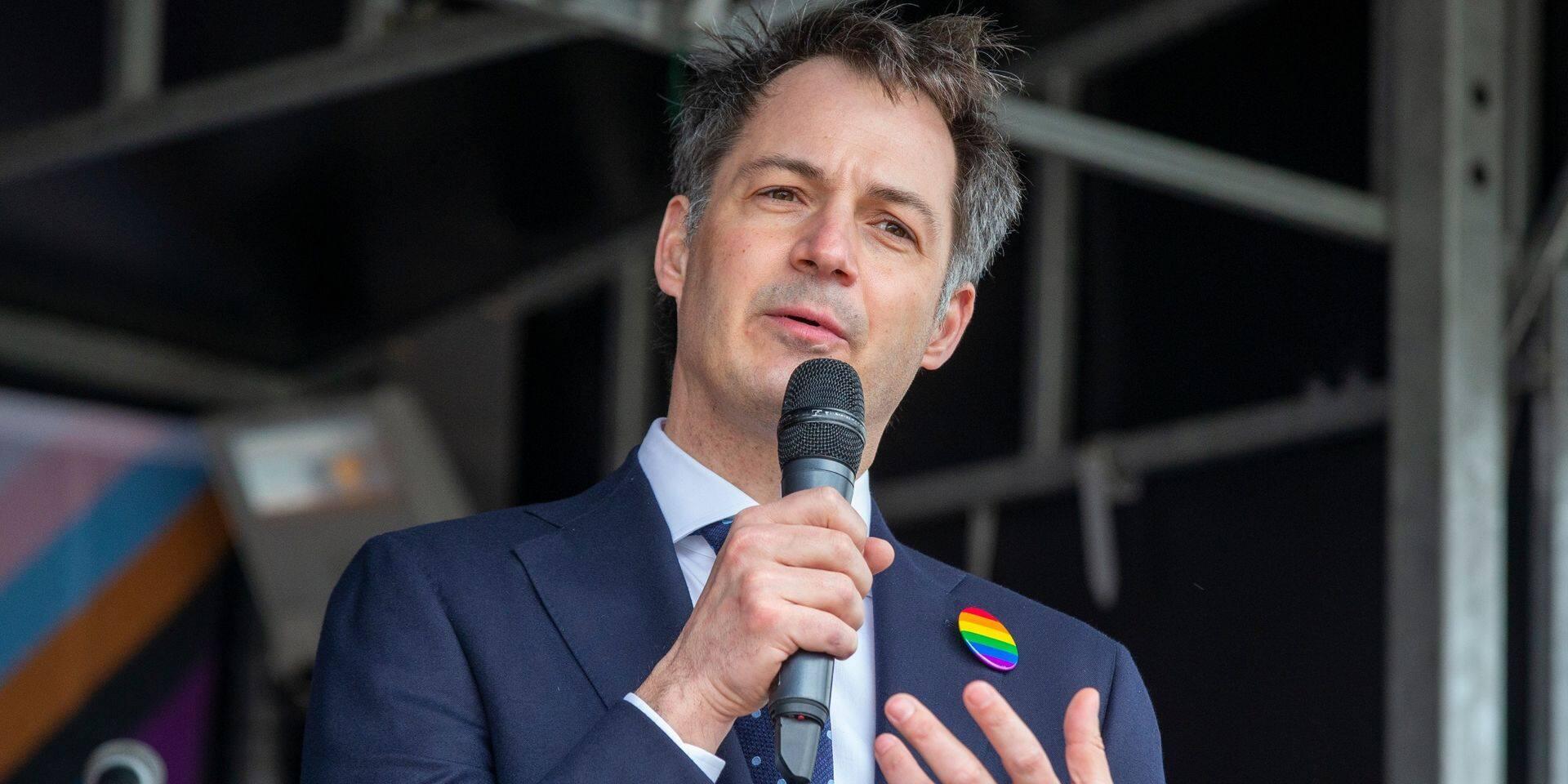 """""""Chacun dans notre pays est unique et peut aimer qui il veut """" : Alexander De Croo appelle à combattre l'intolérance depuis Beveren"""