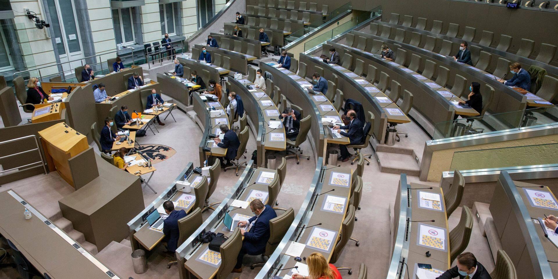 Après 18 heures de réunion, le Parlement flamand approuve le budget 2021