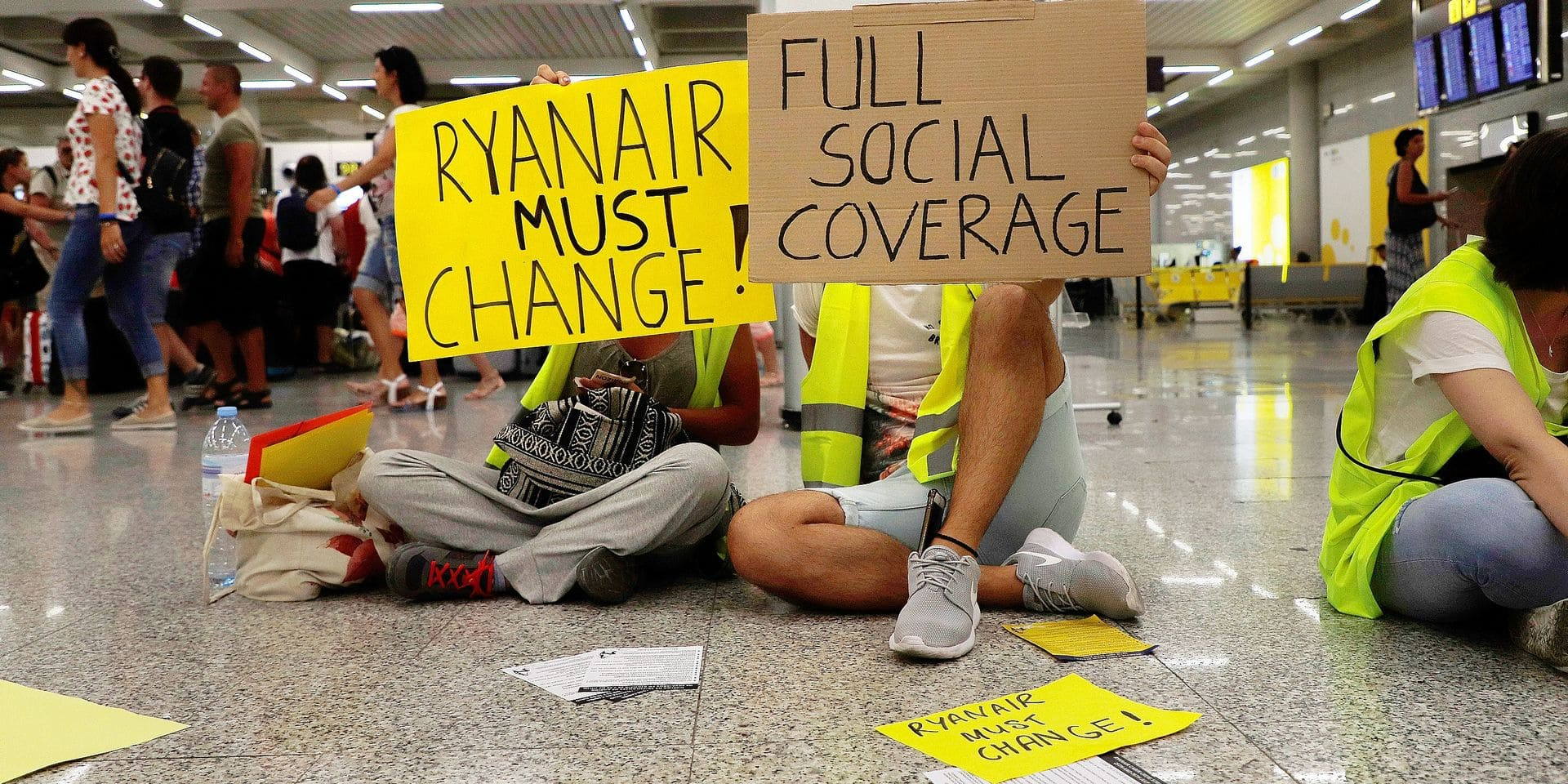 25 July 2018, Mallorcam Spain: cabin crew of the airline Ryanair demonstrates at Palma de Mallorca airport with signs and demands more money and better conditions. The start of a two-day strike by cabin crew at the low-cost airline Ryanair has caused great displeasure among countless travellers in several European countries. The most cancellations occurred in Spain, where Ryanair cancelled 200 flights - just under a quarter of all connections. In Mallorca alone, 72 flights were cancelled on 25 July 2018 due to the strike, including ten of the forty connections to Germany, according to an airport spokesman. Photo: Clara Margais/dpa Reporters / DPA