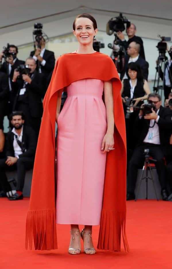 Claire Foy, connue pour son rôle dans                 The Crown, a fait sensation en rose et rouge.