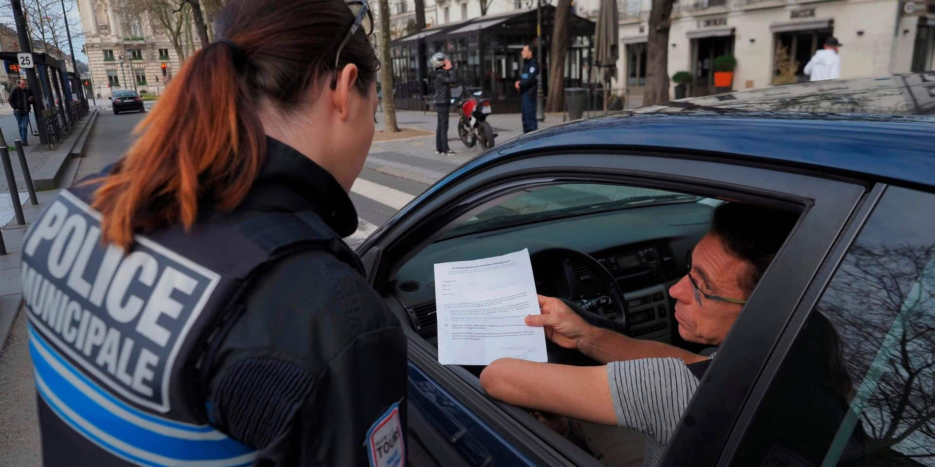 Pourquoi l'attestation de déplacement obligatoire en France ne l'est pas en Belgique?