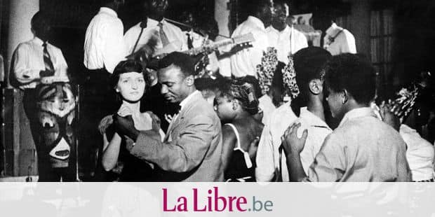 Noirs et Blancs dansent pour celebrer l'independance du Congo Belge (Zaire, Republique Democratique du Congo) le 30 juin 1960 --- Blacks and Whites dansing for celebrating the independance of the Congo 30 juin 1960