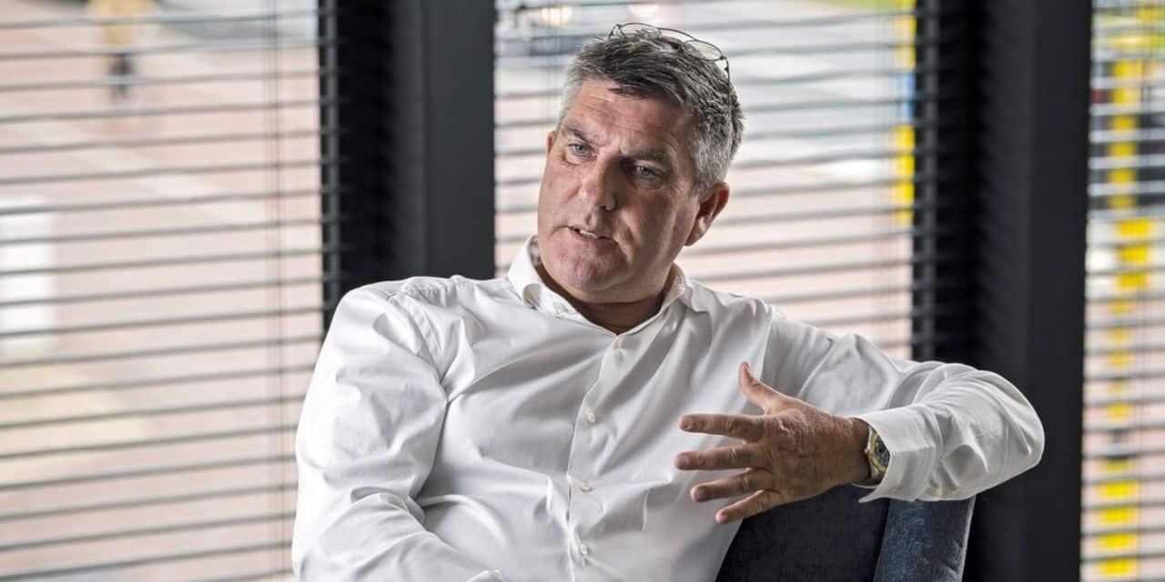 L'agent de De Bruyne, Patrick De Koster, sort de prison et est placé sous surveillance électronique