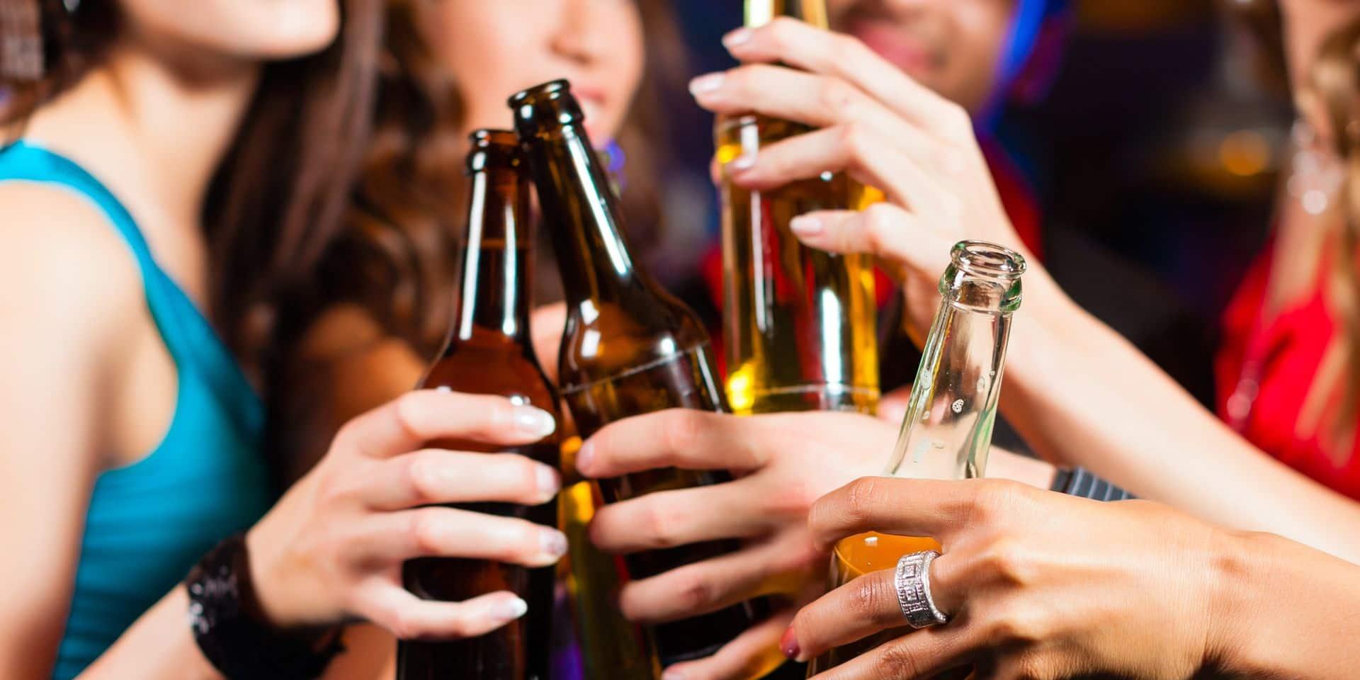 """Chaque jour, six jeunes finissent à l'hôpital pour abus d'alcool : """"Des conséquences irréversibles sur leur cerveau"""""""