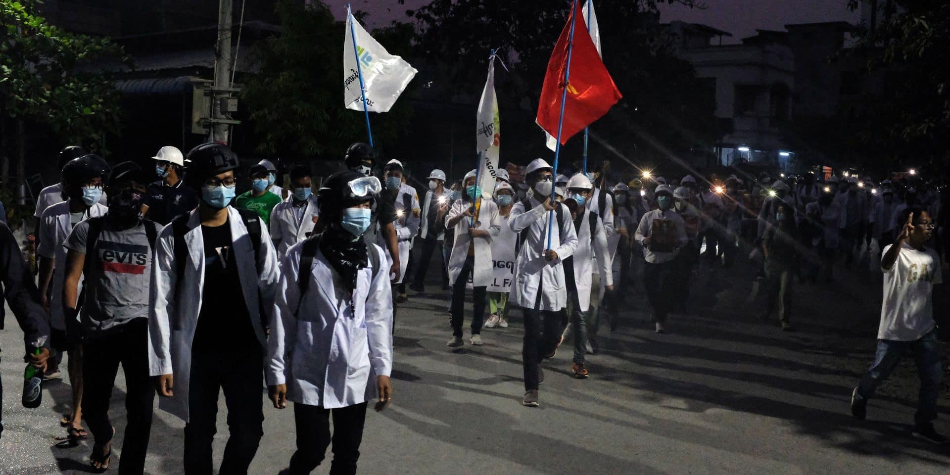 Coup d'Etat en Birmanie : le mouvement pro-démocratie défie la junte birmane de nuit, près de 250 civils tués