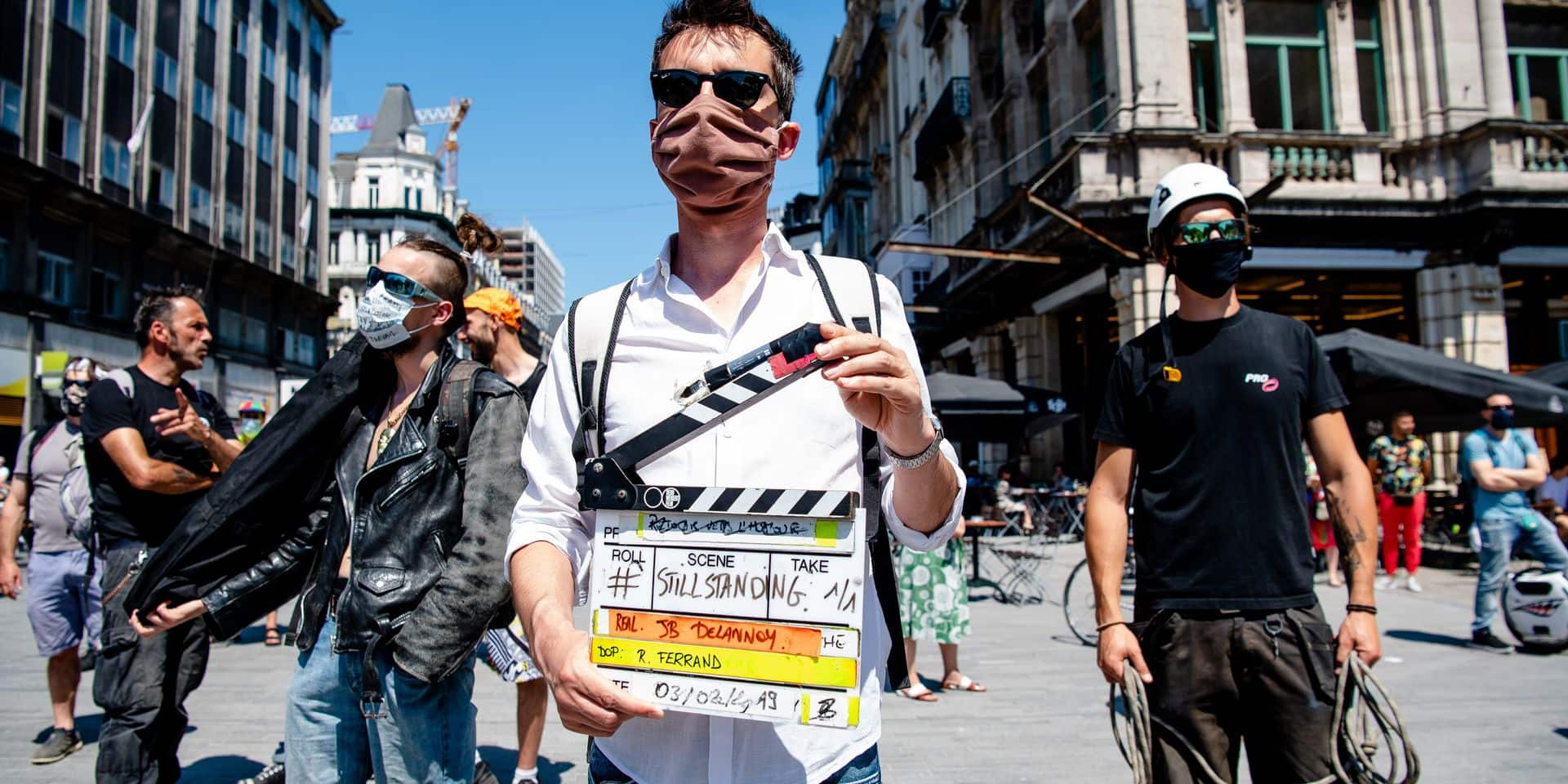 Bruxelles - Place de la Bourse: Happening du secteur culturel contre renvoi en conseil d'etat de mesures d'aide au secteur par 4 partis flamands - statut artiste - still standing - #stillstanding - artistes - culture - belgique