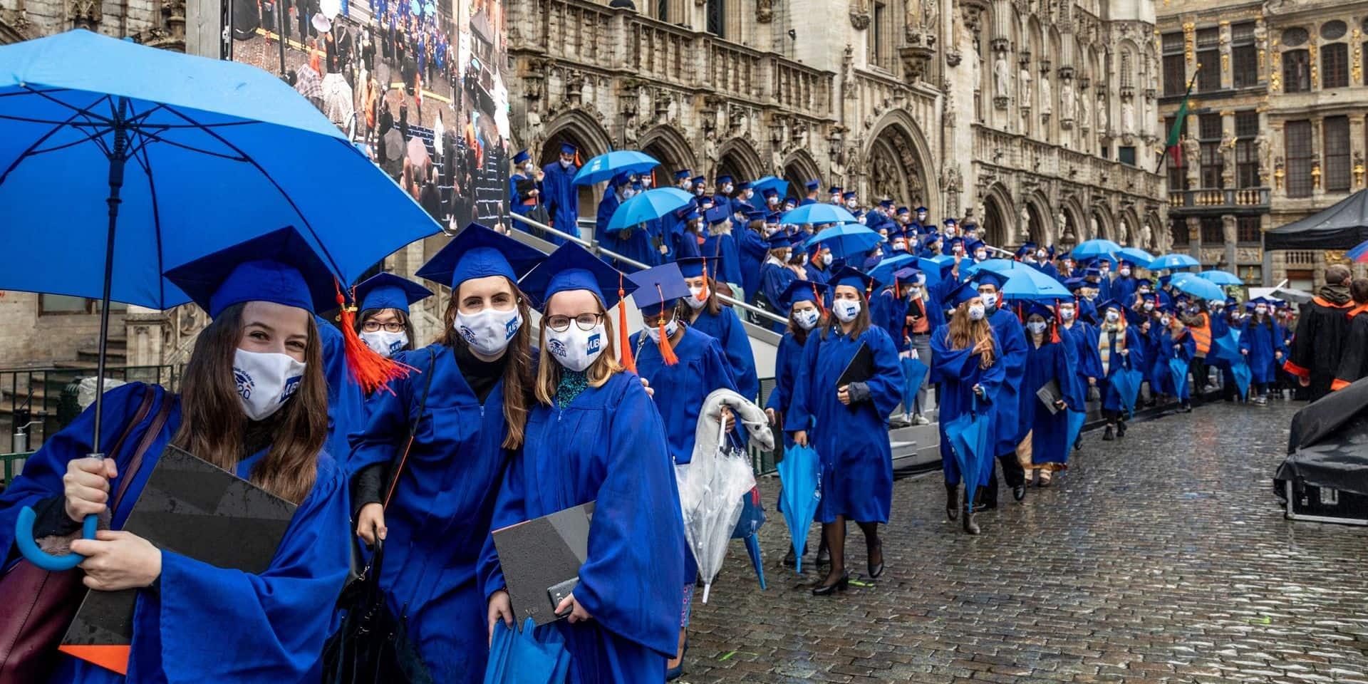 Les étudiants de la VUB ont reçu leur diplôme sous la pluie sur la Grand-Place