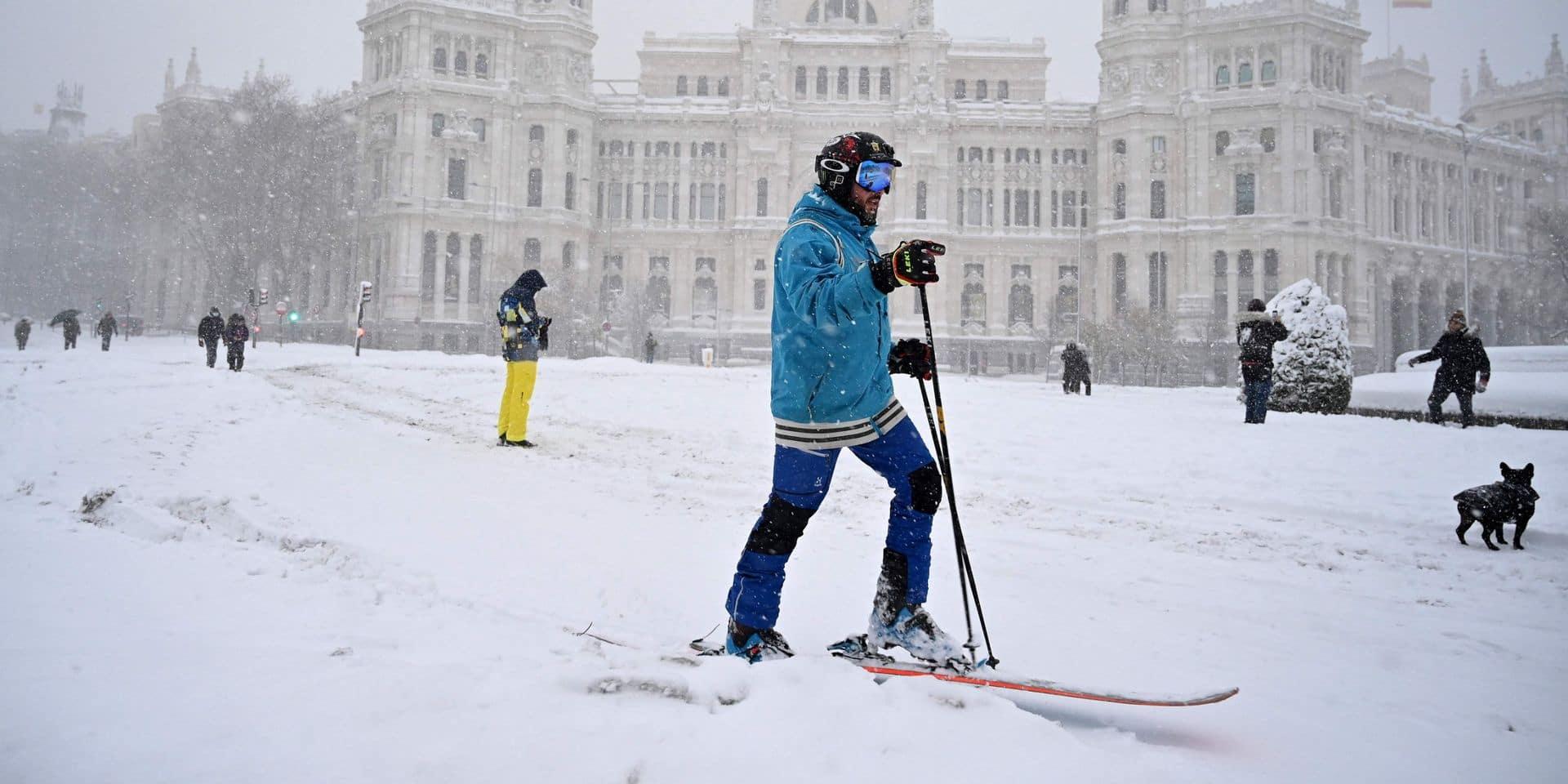 Une tempête de neige sème le chaos en Espagne, le pire attendu ce samedi