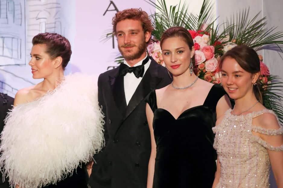 Pierre Casiraghi entourée de sa soeur et de son épouse Beatrice Borromeo à côté de Alexandra.