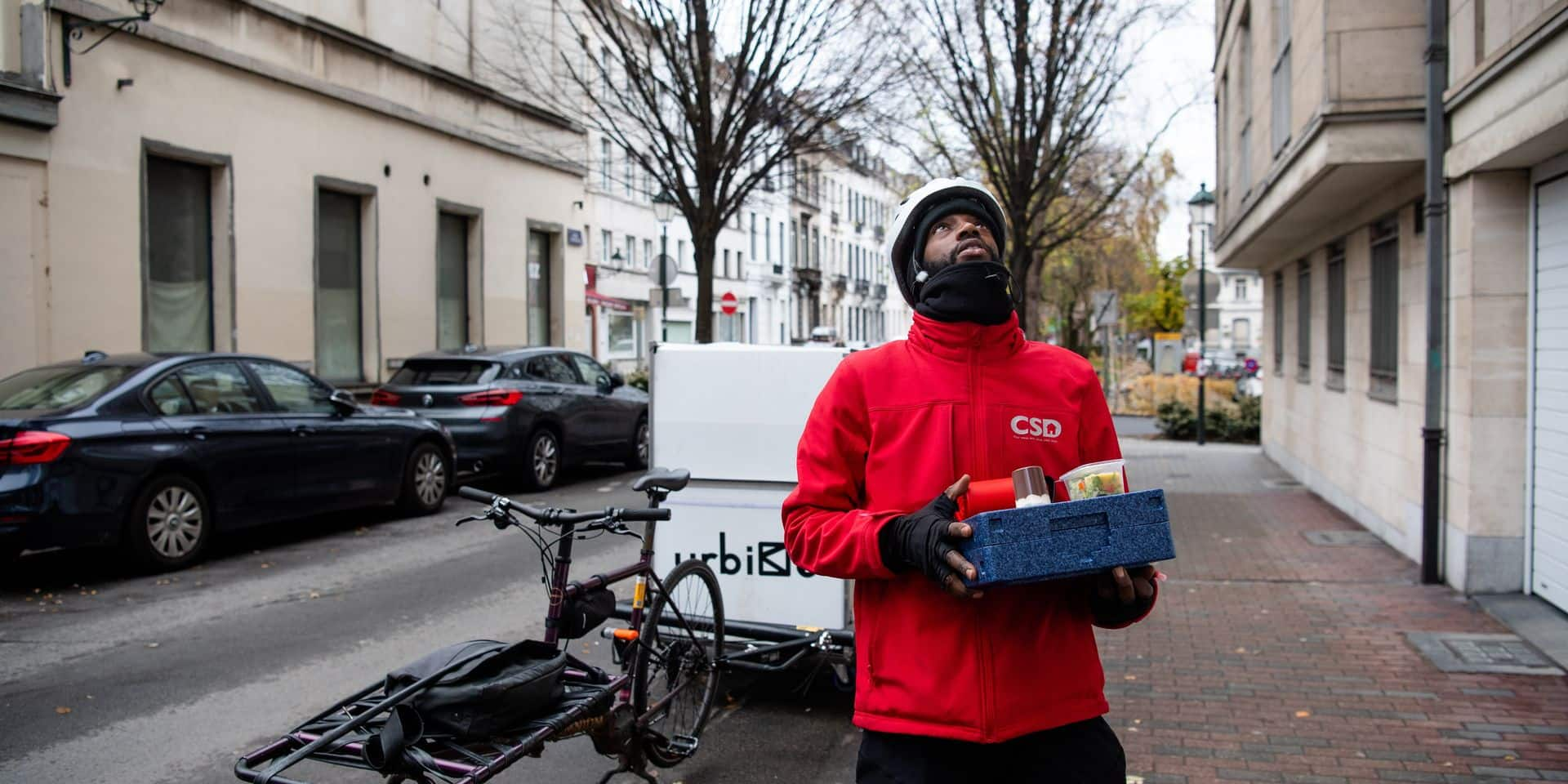 Livreur de repas à vélo et auxiliaire social